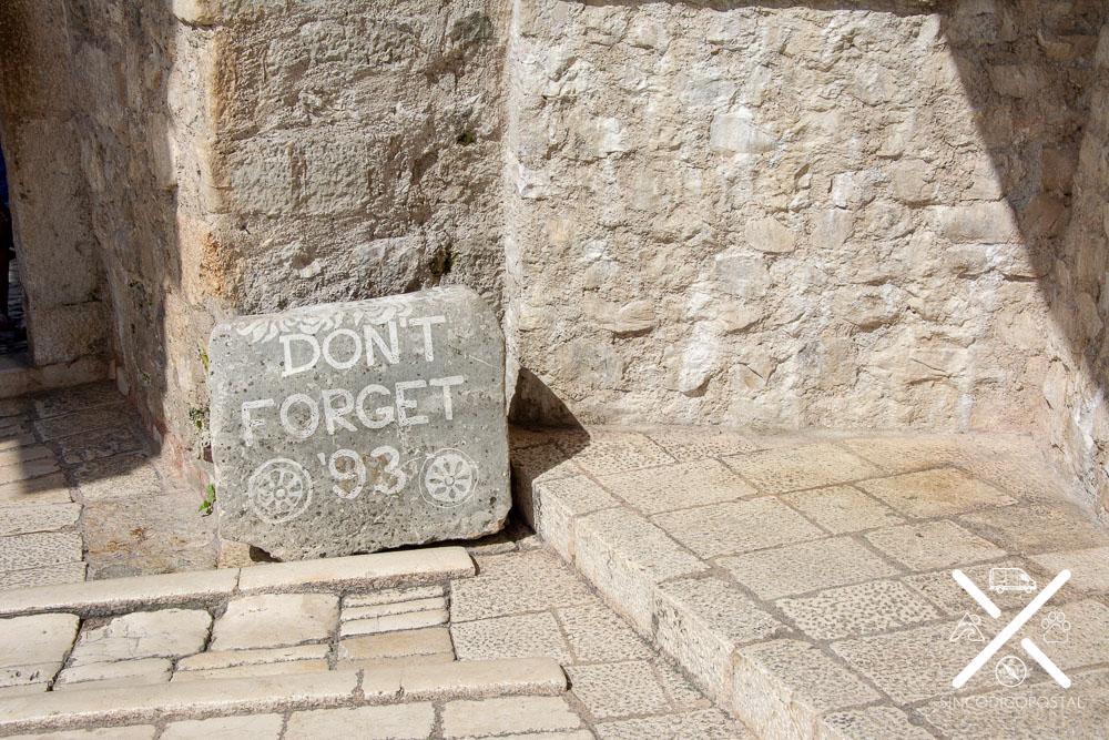 Piedra situada en el puente de Mostar para no olvidar la Guerra de Bosnia