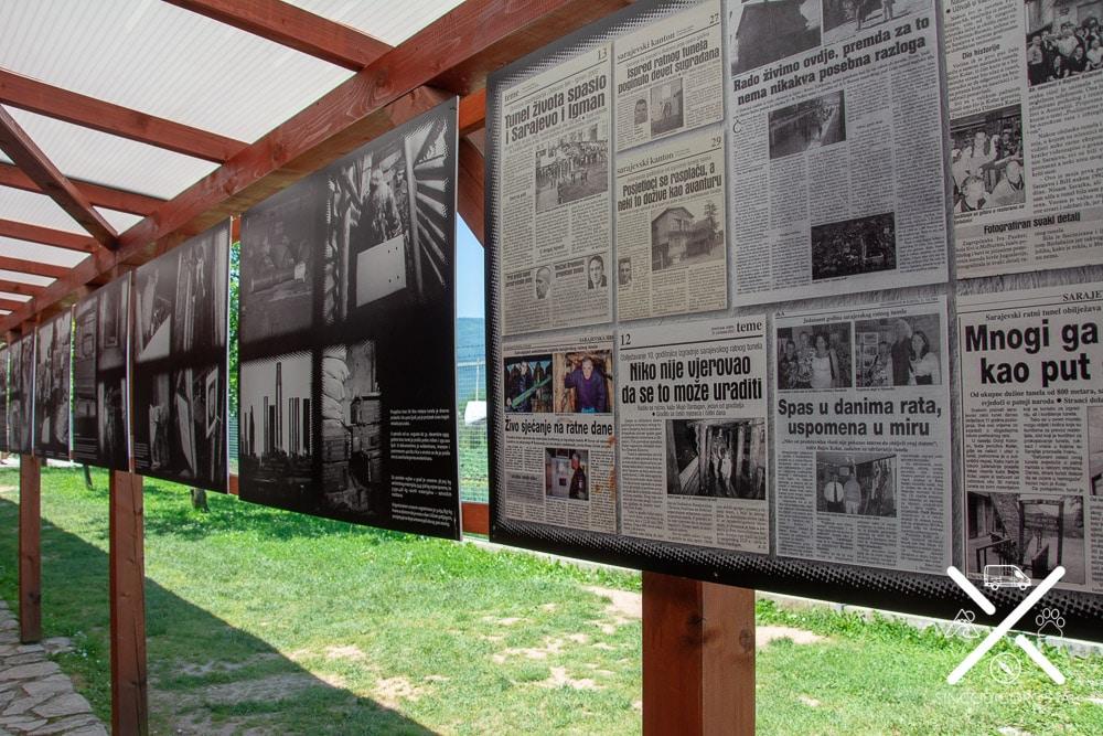 Exposición de fotos y periódicos en el túnel de la esperanza
