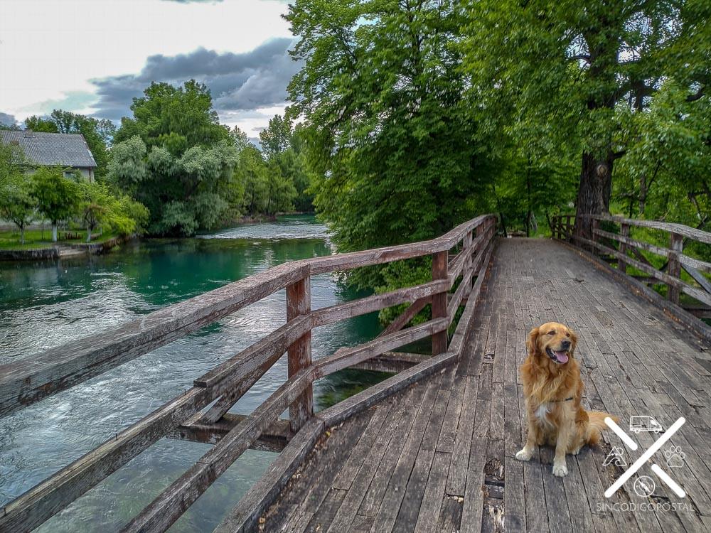 Paseo de madera al lado del Río Una en Bihac