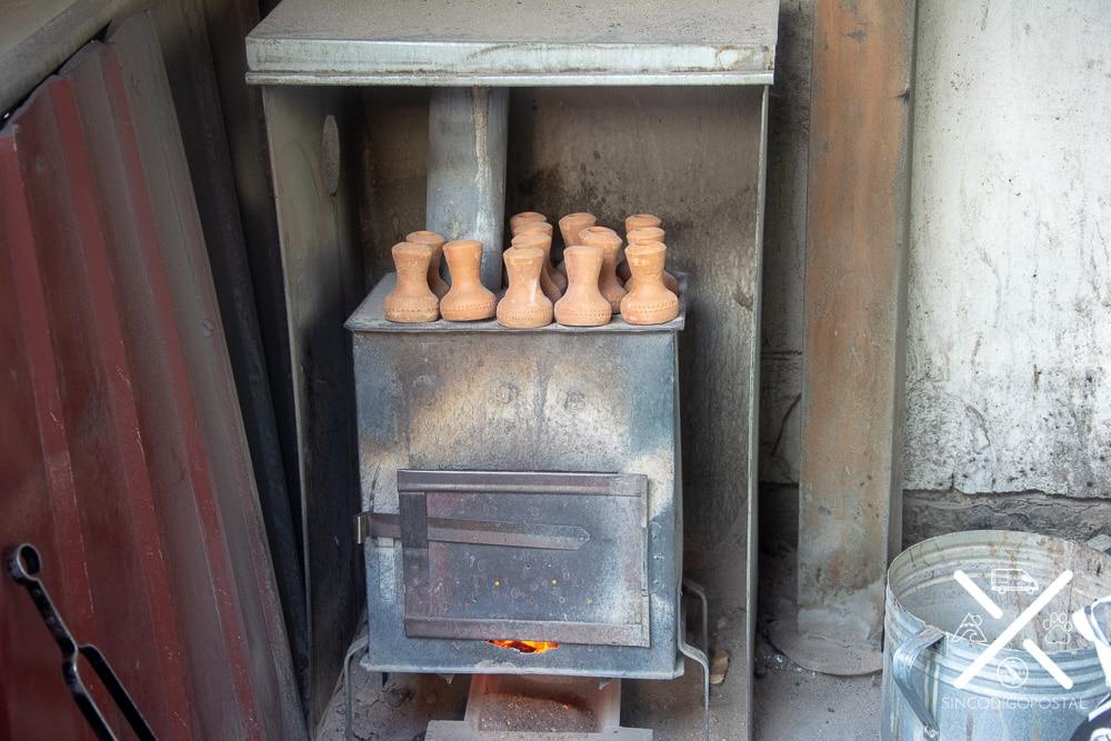 Piezas de las cachimbas en la chimenea