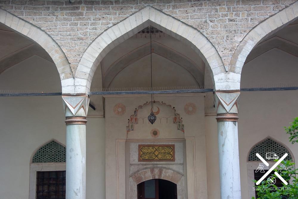 entrada de la mezquita Gazi Husrev-beg