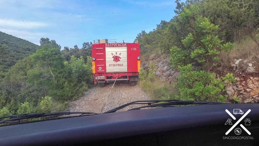 Remolcados por el camión de bomberos