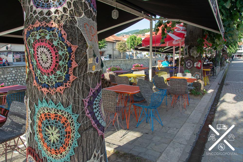 Árboles adornados de la calle de las cafeterías