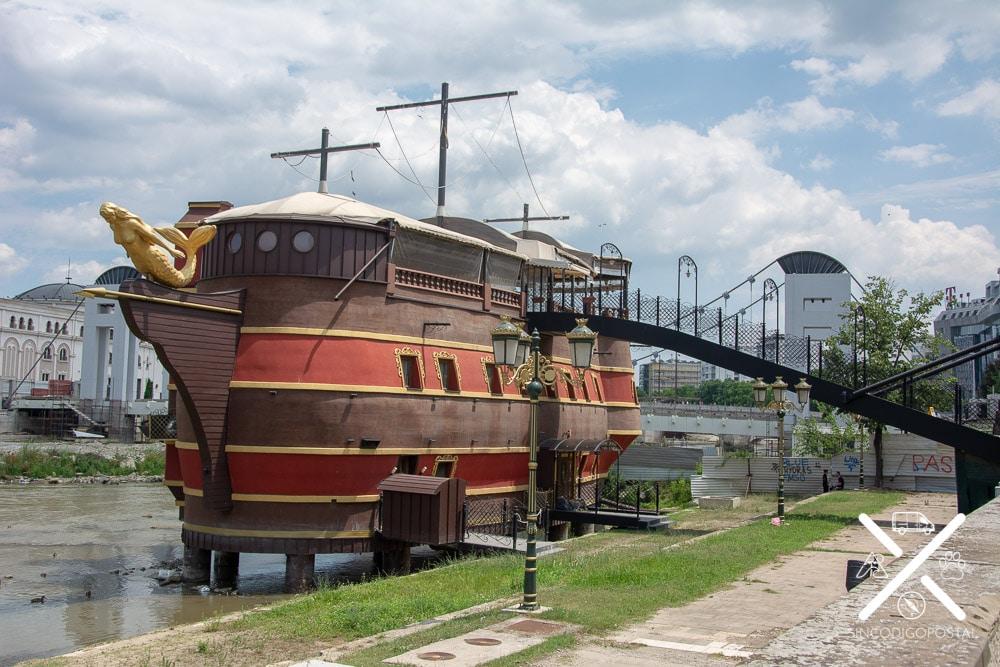 Barcos-restaurantes sobre el río de Skopje