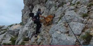Cuzco trepando por la roca