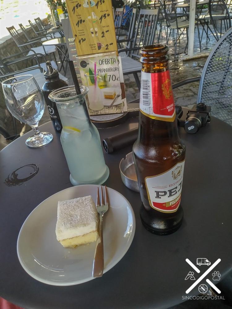 Limonada y pastel en la calle de las cafeterías