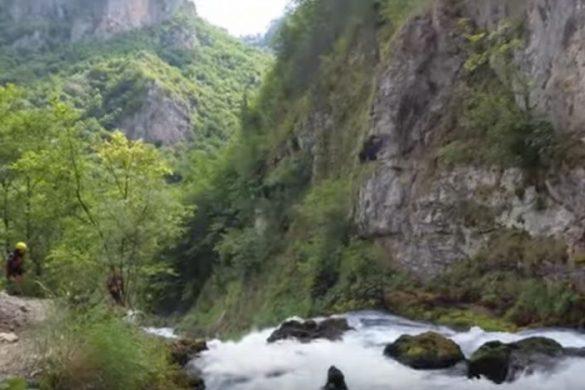 Paisajes donde te paran en el rafting, cascadas, nacimientos de agua