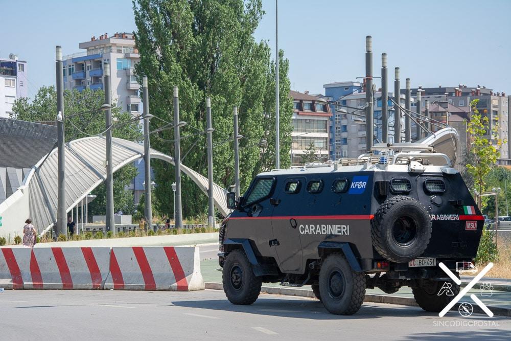 Policía italiana que custodia el puente de Mitrovica