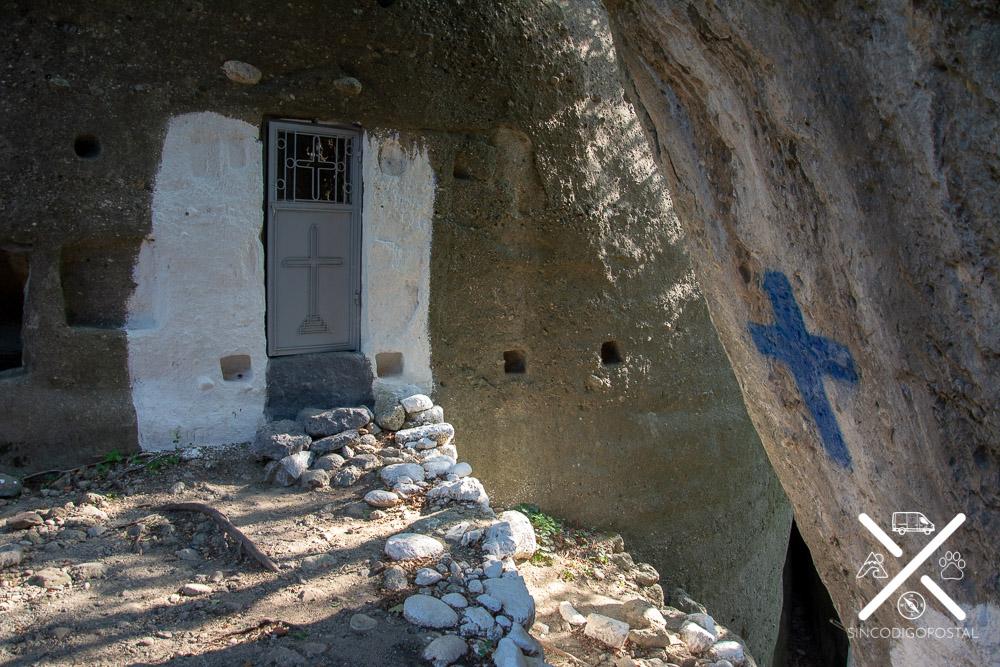 Capilla ortodoxa escavada en la roca