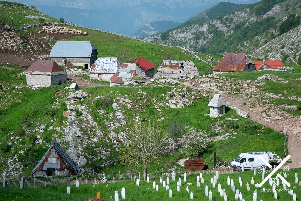 Cementerio y pueblo