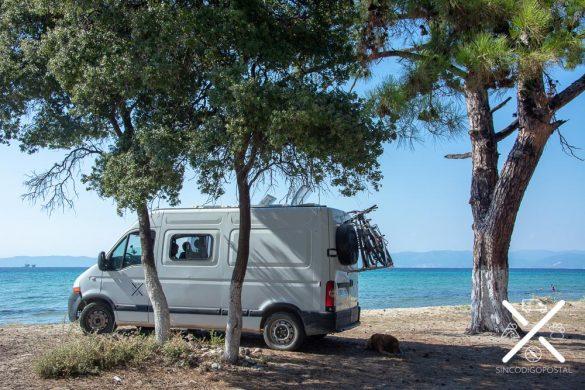 Al pie de la playa en la Isla de Tasos