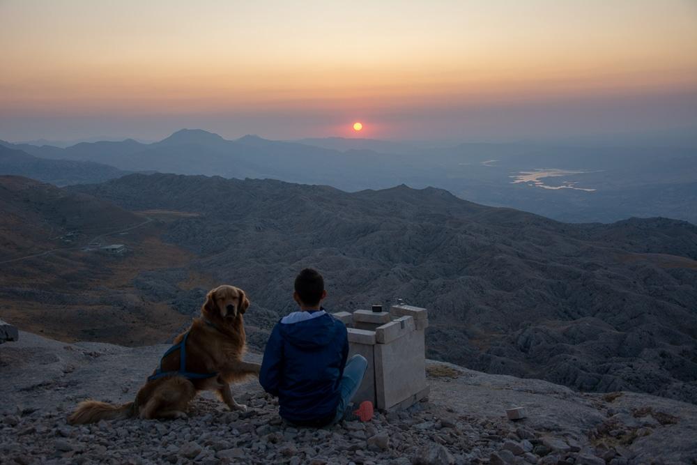 Edu y Cuzco disfrutando del amanecer