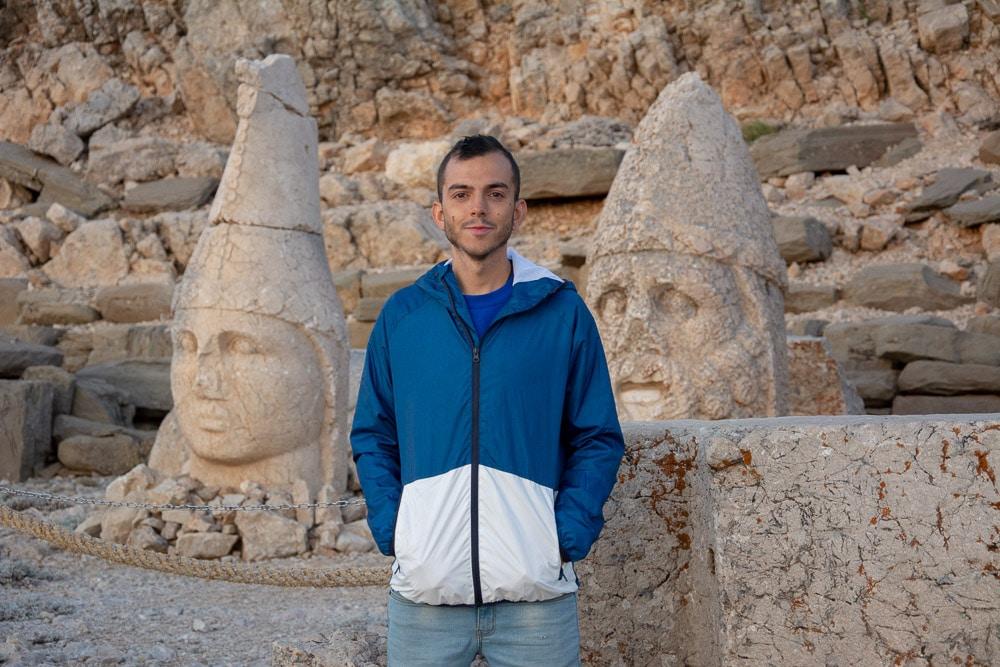El gran tamaño de solo las cabezas del mausoleo