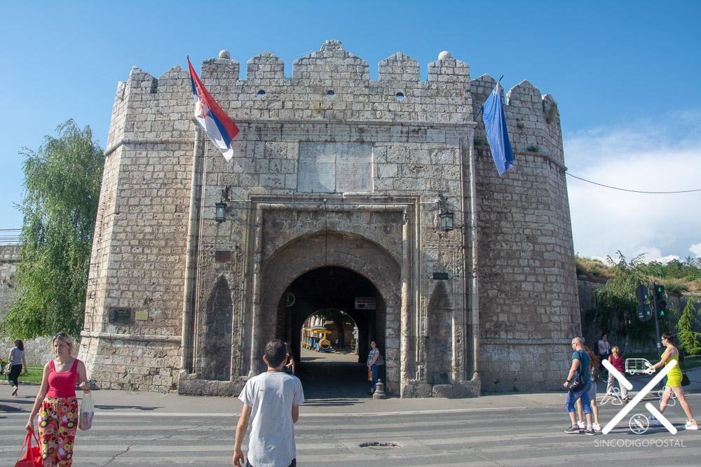 Entrada a la Fortaleza de Nis (justo ahí esta la oficina de turismo)