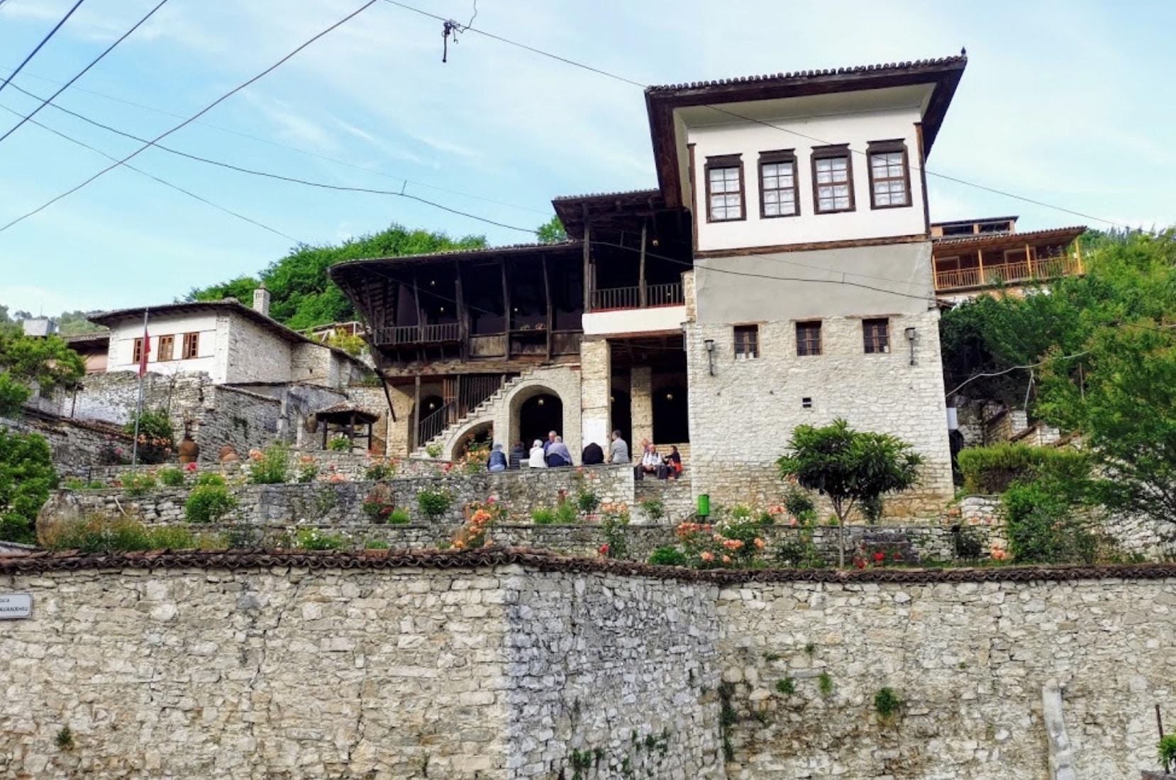 Fachada del Museo Etnográfico de Berat