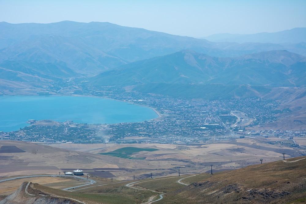 La estación de esquí y el pueblo donde comienza la carretera al Volcán Nemrut, fotografíado desde las alturas