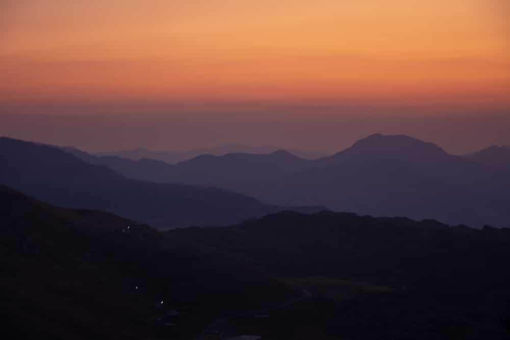 Montañas enfrente del Monte Nemrut en el amanecer