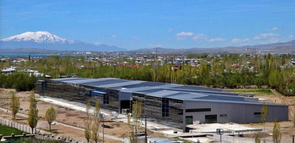 Nuevo edificio del museo con el Monte Ararat al fondo