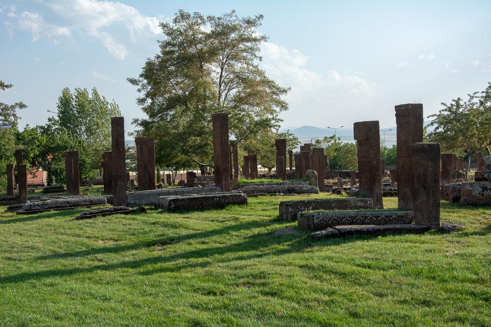 Sombras, hierba y tumbas. Un espectáculo de paz