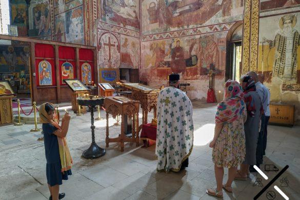 Celebración ortodoxa dentro del Monasterio Gelati