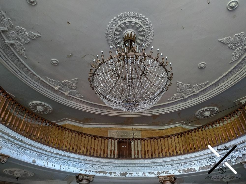 Entrada de uno de los hoteles habitados, con una lampara de araña de cristales