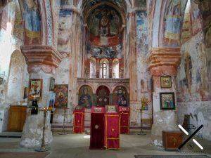Entrada del Monasterio Gelati, juntos con las pinturas ortodoxas