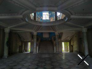 Entrada del balneario abandonado, con un enorme traga luz