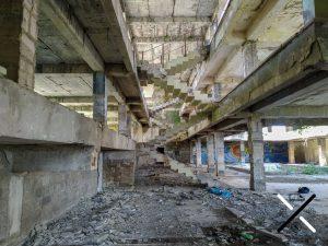 Esqueletos de escaleras dentro de uno de los hoteles abandonados
