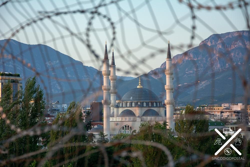 Mézquita desde lo alto de la Pirámide de Tirana