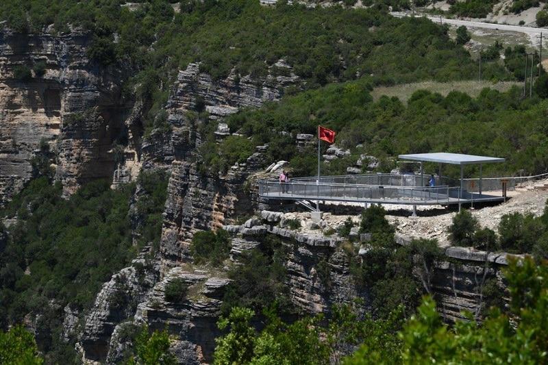Mirador de pasarela de metal en el Valle Osumi