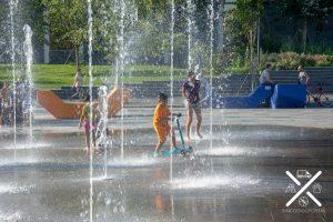 Niños jugando en la fuente de Tirana