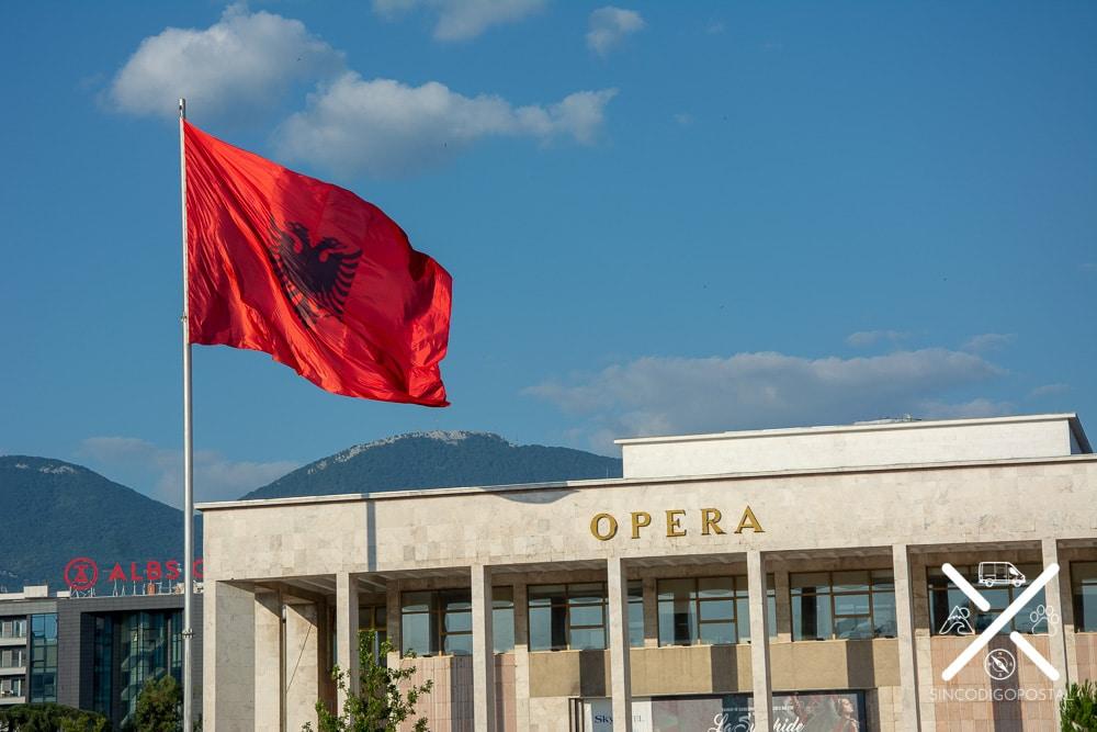 Opera de Tirana y bandera de Albania