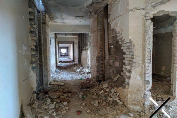 Pasillos destrozados dentro del hotel abandonado