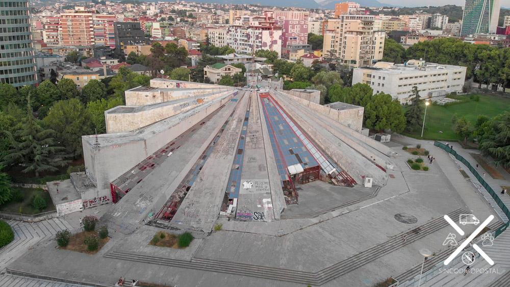 Pirámide de Tirana desde las alturas