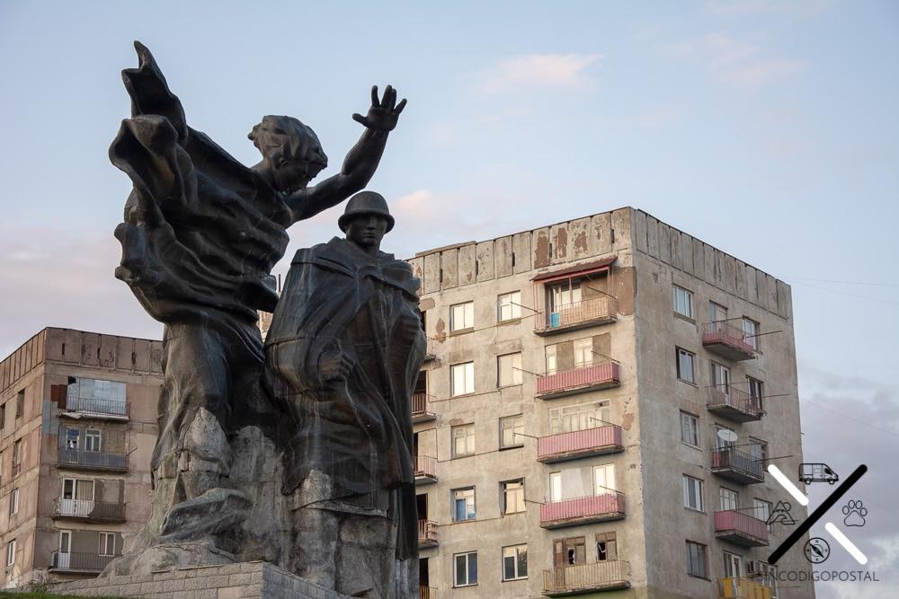 Tsalkubo y sus edificios y estatuas de estilo soviéticas