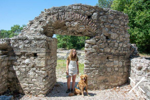 Visitando la antigua ciudad de Butrinto con perro