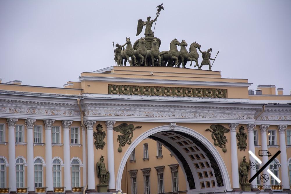 Arco del triunfo, en la Plaza del Palacio
