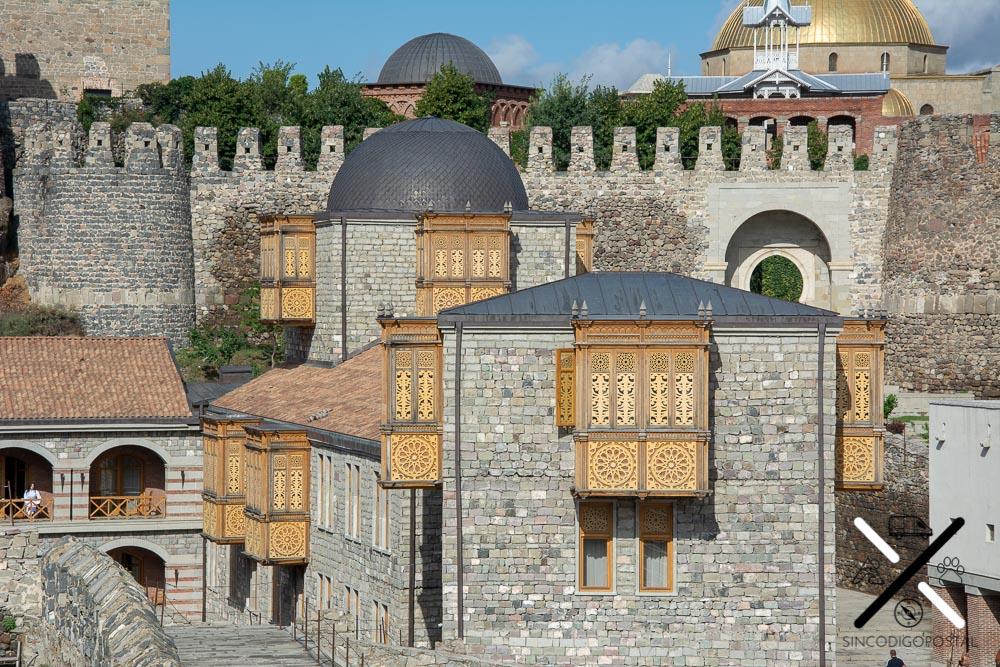 Dentro de la parte gratuita se encuentran la oficina de turismo y este hotel con una fachada preciosa