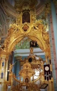 Interiores de la iglesia en la fortaleza