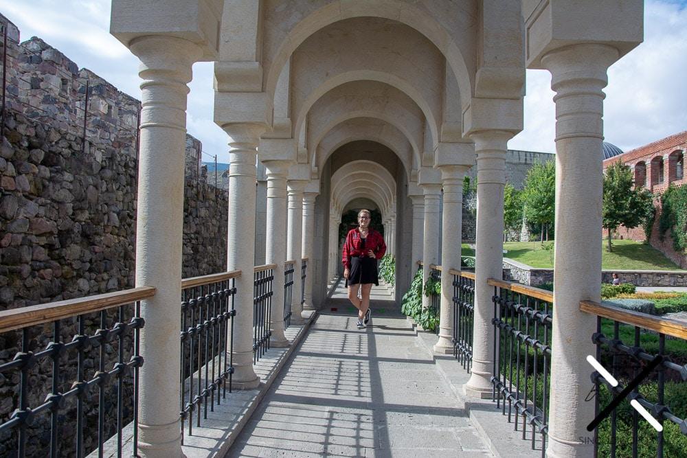 Paseo de columnas de mármol blanco dentro del Castillo Rabati