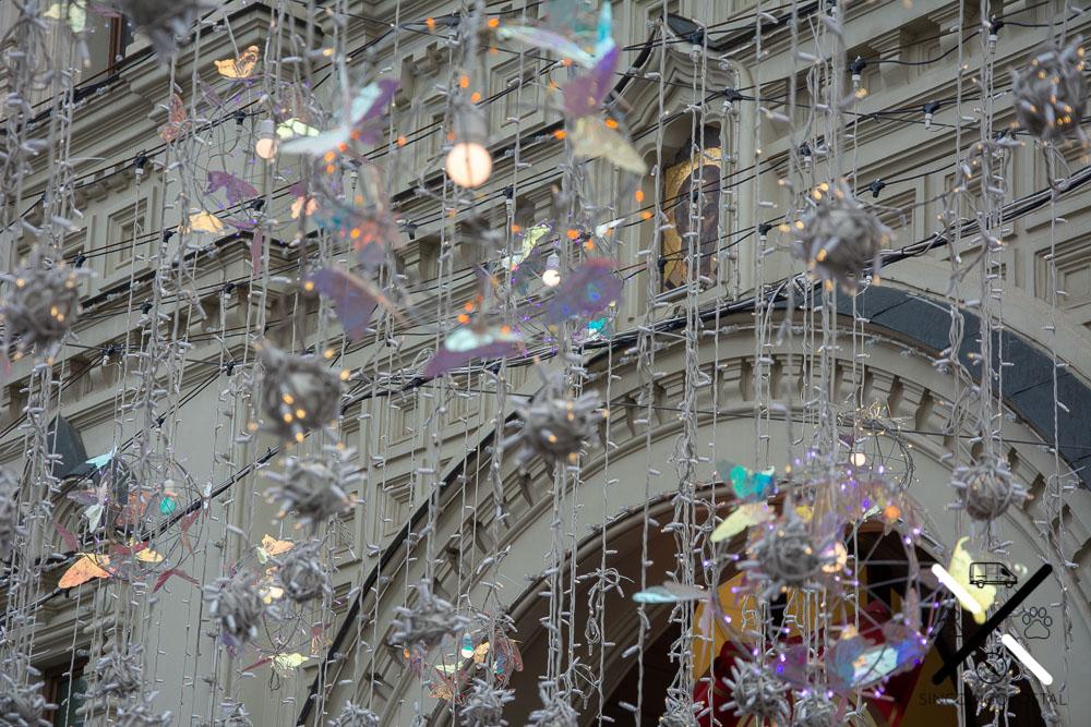 Preciosa decoración luminosa en la calle más cercana a la Plaza Roja