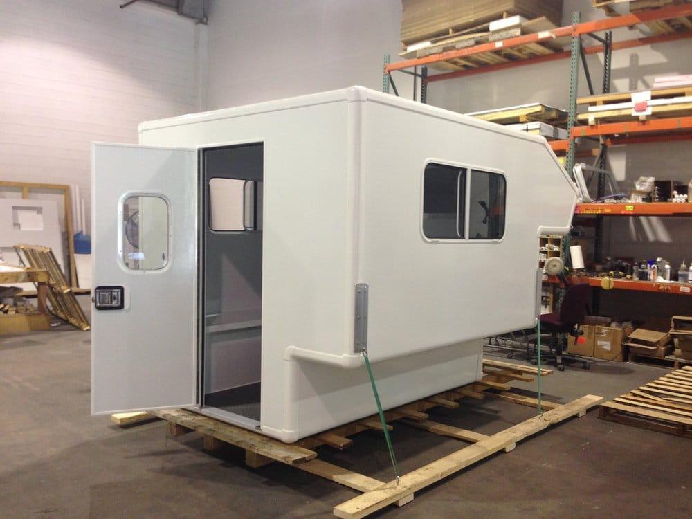 Una opción es comprar una célula vacia y camperizar el interior