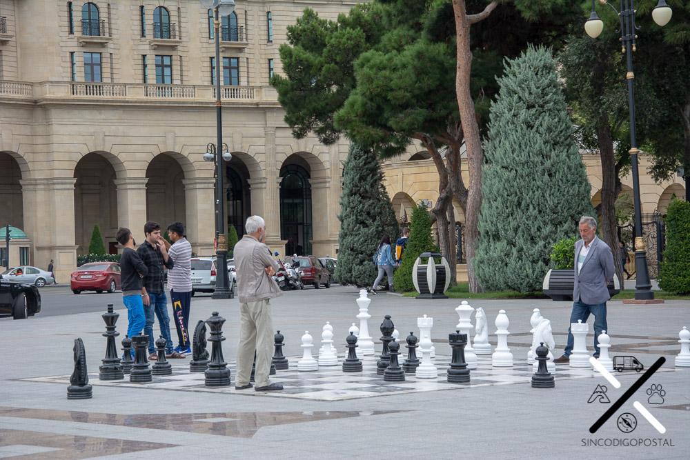 Ajedrez gigante dentro del boulevard de Bakú