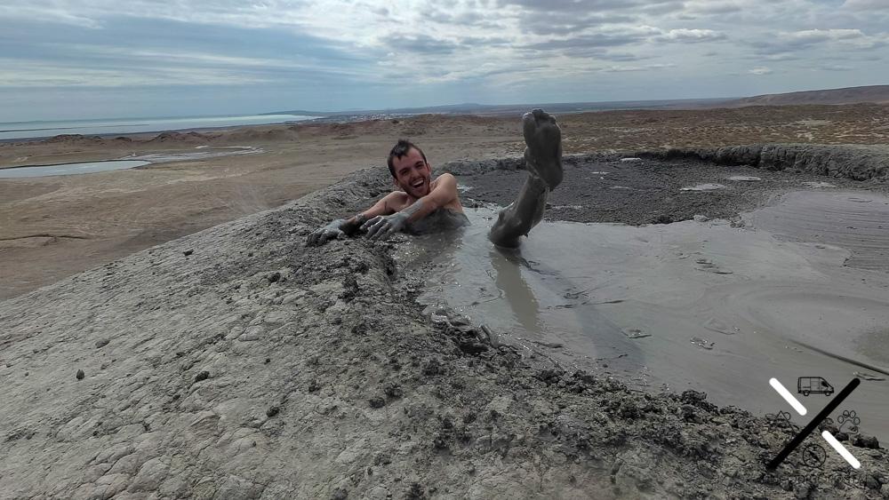 Disfrutando de las beneficios del lodo dentro de un volcán
