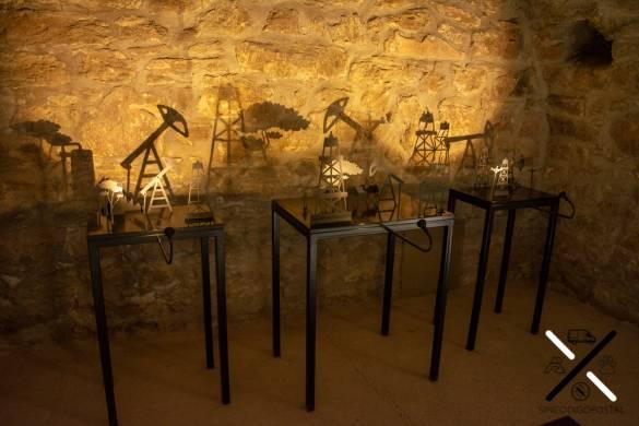 Exposición de sombras de pozos petrolíferos dentro del templo