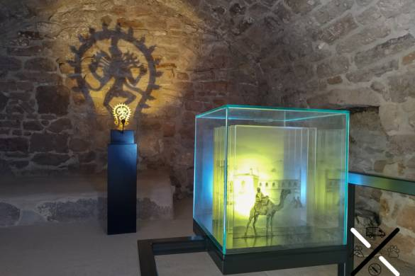 Exposición de unas de las pequeñas habitaciones que rodean la llama central del templo