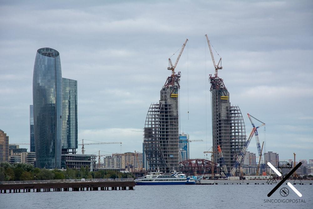 Grandes rascacielos en la moderna ciudad de Bakú que no deja de crecer