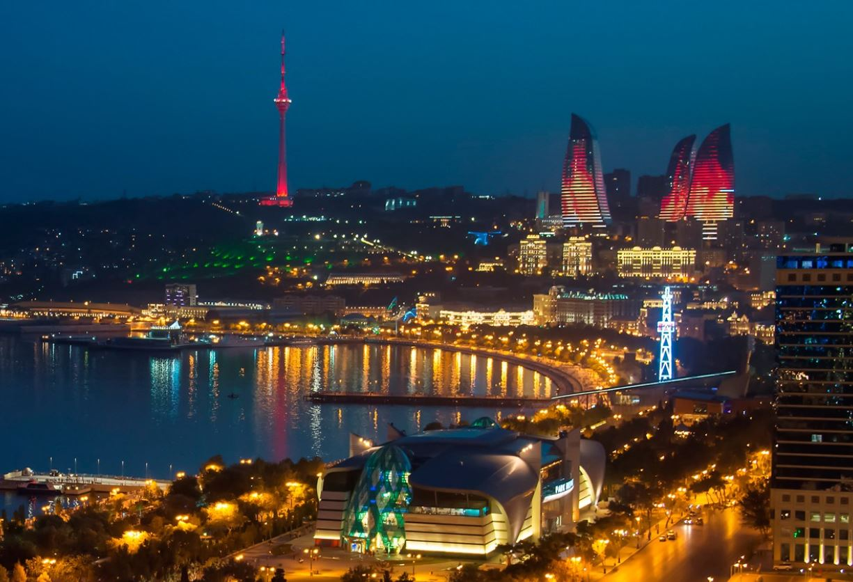 La ciudad de Bakú iluminada