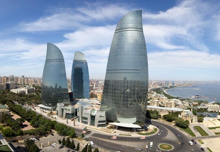 Las preciosas Torres Flame de Bakú, con su arquitectura simulando las llamas