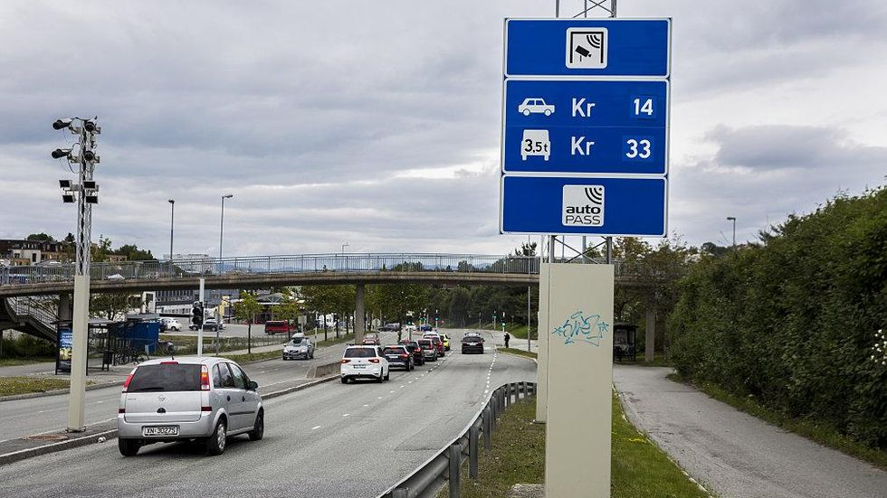 Carteles informativos del precio de la carretera o el puente que se esta a punto de cruzar